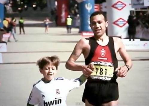 Carlos Chacón entrando en meta - Maratón Madrid 2011